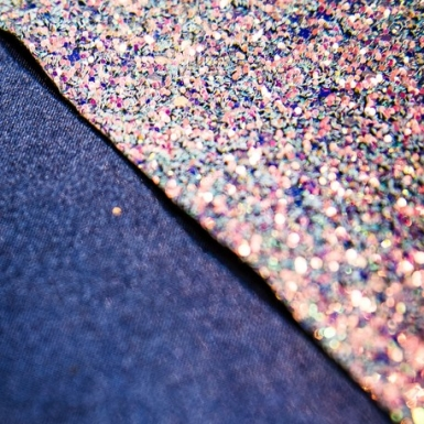 Chemin de table iridescent paillettes irisées bleues 15 cm x 1,5 m