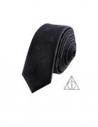 Réplique cravate deluxe avec pin's Les Reliques de la Mort Harry Potter™